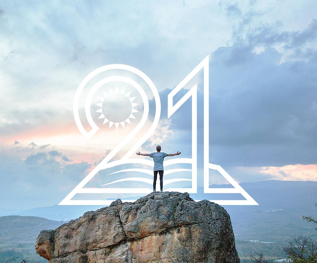 岩の上に立っている男性–21日間のチャレンジ