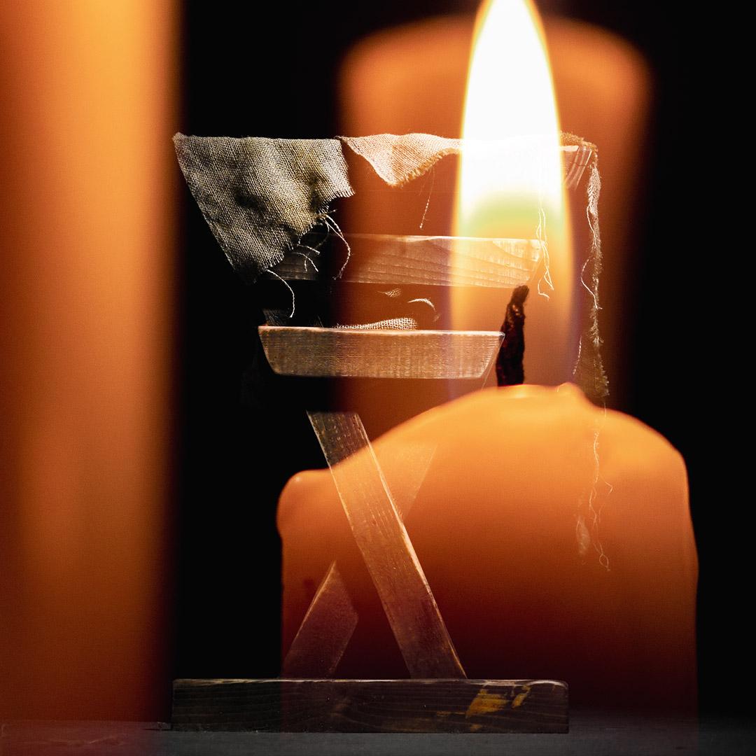 燃燒蠟燭與馬槽重疊的圖像