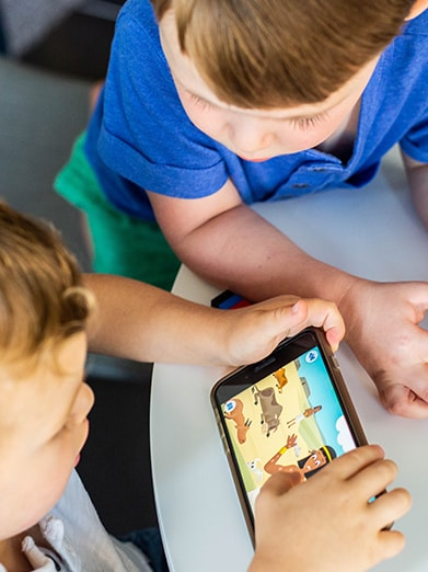 Bambini che giocano a Bible App per Ragazzi sul telefono