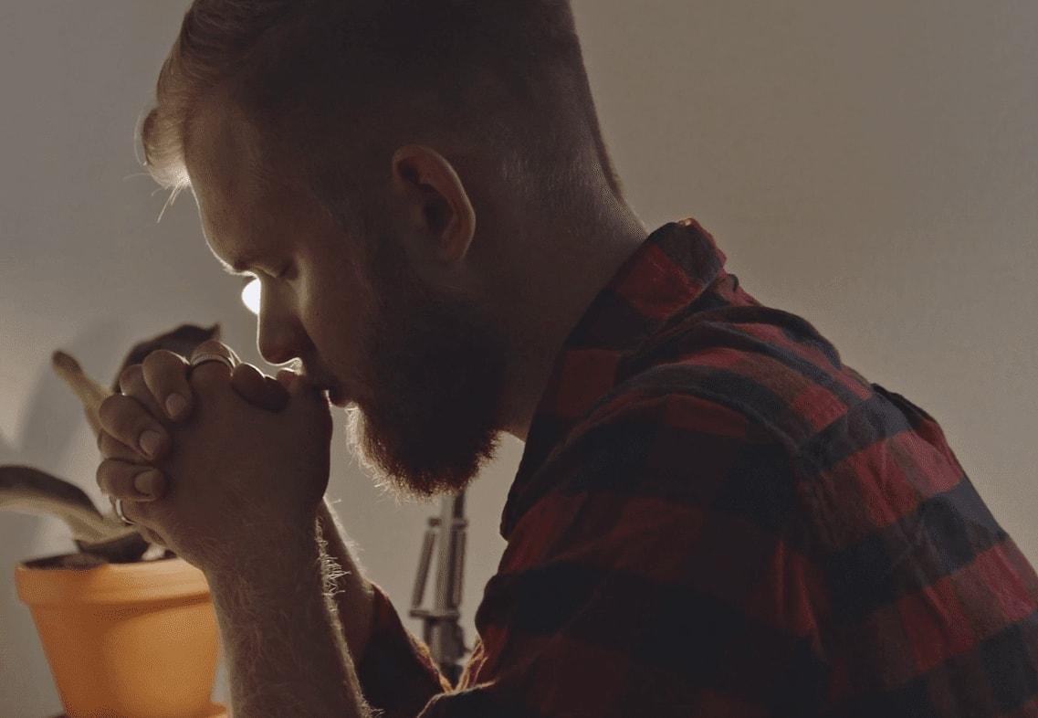 正在禱告的人