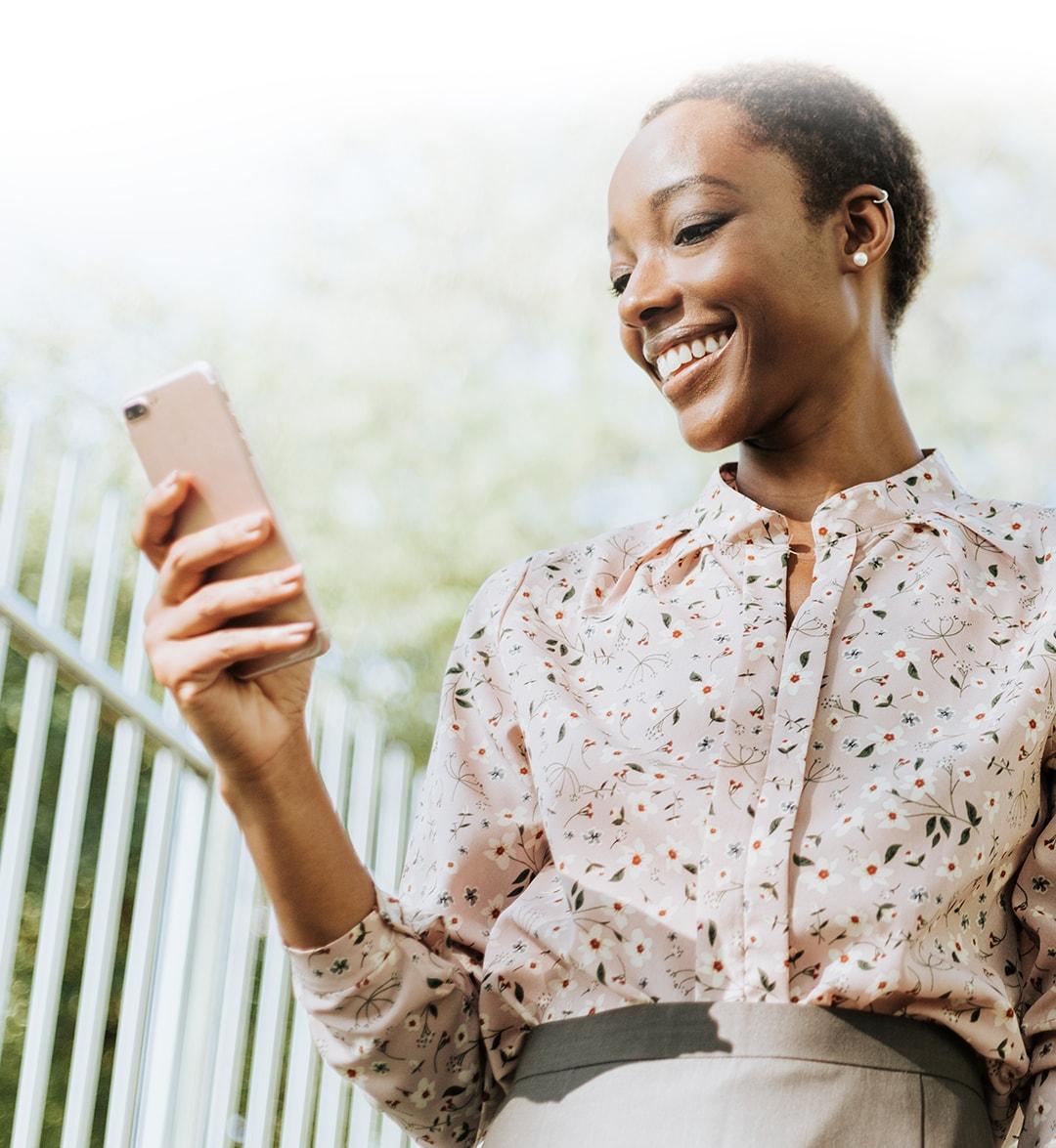 Mujer con un teléfono