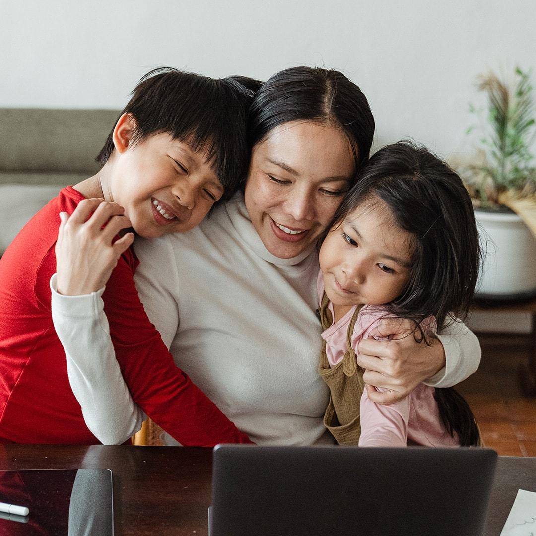 擁抱兩個孩子的母親