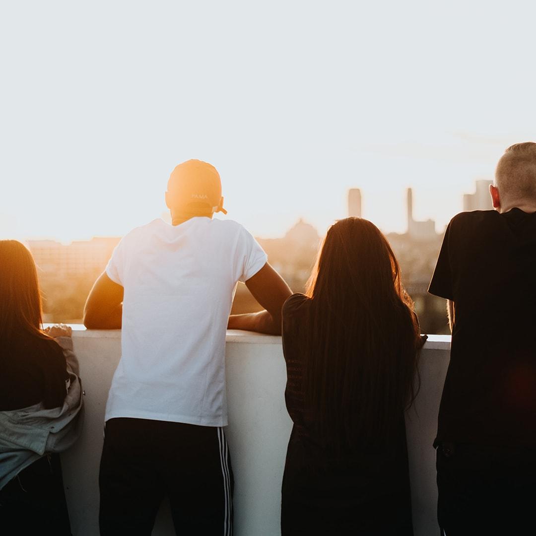 Vrienden op een gebouw